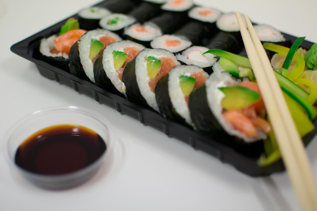 sushi - poissons - baguettes - sauce