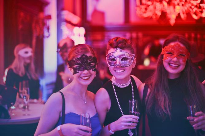 photo fête masquée femme