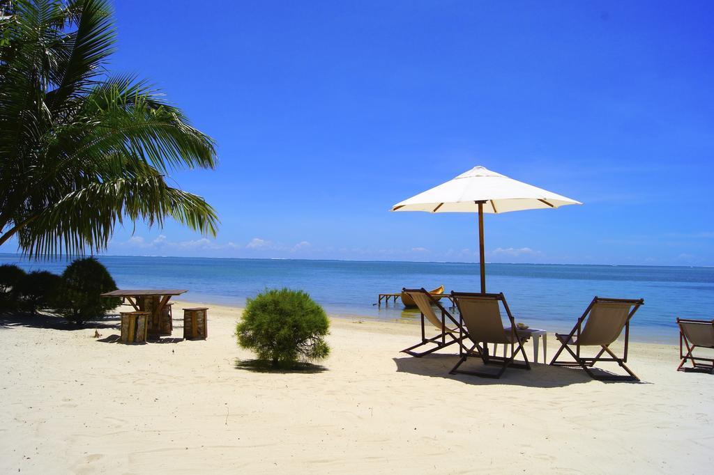 Chaises et parasol à la plage